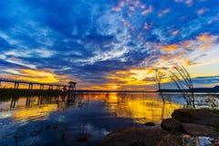 Zonsondergang bij de dam van Lum Chae, Nakhon Ratchasima, Thailand stock afbeelding