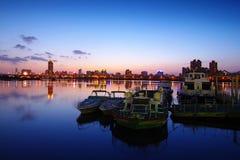 Zonsondergang bij de haven Stock Foto's