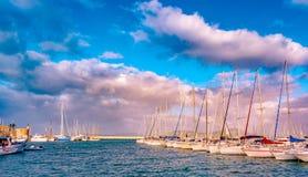 Zonsondergang bij de haven in Alghero, Sardinige, Italië stock foto's