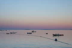 Zonsondergang bij de haven van Cres in Kroatië stock afbeelding