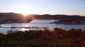 Zonsondergang bij de haven voor jachten Kroatië stock videobeelden