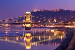 Zonsondergang bij de kettingsbrug van Boedapest, Hongarije Stock Fotografie