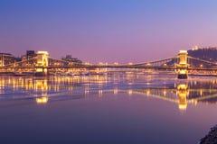 Zonsondergang bij de kettingsbrug van Boedapest, Hongarije Royalty-vrije Stock Afbeelding
