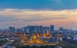 zonsondergang bij de Koninklijke begrafenisbrandstapel voor Koning Bhumibol Adulyadej stock fotografie