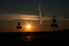 Zonsondergang bij de kruising van de Spoorweg stock foto's