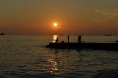 Zonsondergang bij de kust Royalty-vrije Stock Afbeeldingen