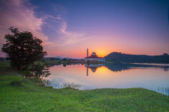 Zonsondergang bij de Moskee van Darul Quran, Maleisië royalty-vrije stock fotografie