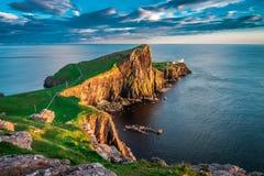 Zonsondergang bij de Neist-puntvuurtoren, Schotland, het UK Stock Afbeelding