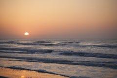 Zonsondergang bij de oceaan Royalty-vrije Stock Foto's