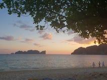 Zonsondergang bij de oceaan royalty-vrije stock foto