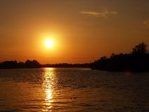 Zonsondergang bij de rivier stock afbeelding
