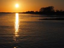 Zonsondergang bij de rivier elbe Stock Afbeelding