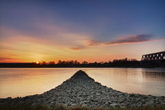 Zonsondergang bij de rivier van Rijn, Wörth, Duitsland Royalty-vrije Stock Fotografie