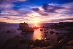 Zonsondergang bij de Rots van de Bonsai, Meer Tahoe, Nevada royalty-vrije stock foto's