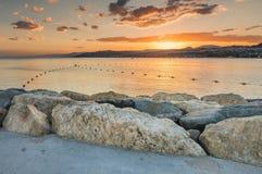 Zonsondergang bij de steenpijler bij centraal strand in Eilat, Israël Stock Afbeeldingen