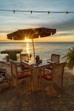 Zonsondergang bij de strandkoffie Stock Afbeelding