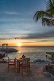 Zonsondergang bij de strandkoffie Stock Afbeeldingen