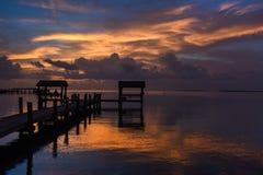 Zonsondergang bij de tropische plaats van de waterkant Stock Foto's