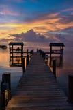 Zonsondergang bij de tropische plaats van de waterkant Stock Foto