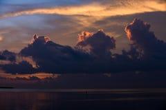 Zonsondergang bij de tropische plaats van de waterkant Royalty-vrije Stock Foto's
