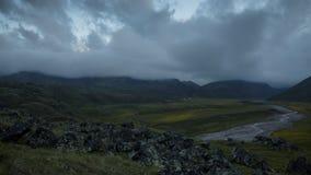 Zonsondergang bij de voet van Onderstel Elbrus, onder verspreide vulkanische stenen, dichtbij de open plek van Emmanuel In de val stock video