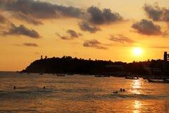 Zonsondergang bij de vreedzame oceaan Stock Fotografie