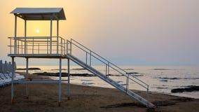 Zonsondergang bij een badmeestertoren stock fotografie