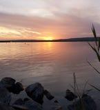 Zonsondergang bij een meer stock afbeelding