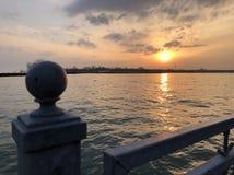 Zonsondergang bij een pijler dichtbij Meer Ontario stock afbeeldingen