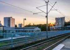 Zonsondergang bij een Wooncomplex met Tramsporen buiten Gothe Stock Afbeelding