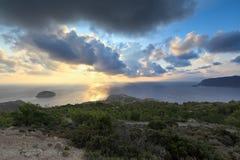 Zonsondergang bij Egeïsche Overzees, Rhodos (Griekenland) Royalty-vrije Stock Afbeeldingen