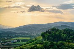 Zonsondergang bij Groene heuvelsaard Maribor Slovenië royalty-vrije stock foto