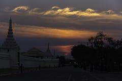 Zonsondergang bij groot paleis Royalty-vrije Stock Afbeeldingen
