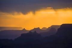 Zonsondergang bij Grote Canion die van de meningspunt van de Woestijn wordt gezien, de rand van het Zuiden Stock Afbeelding