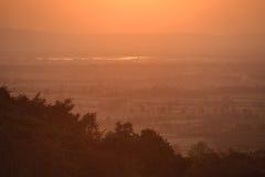 Zonsondergang bij het dorp van het land stock foto