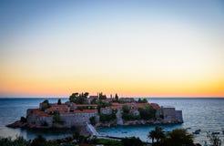 Zonsondergang bij het eiland van Sveti Stefan in Montenegro, de Balkan, Adriatische Overzees Stock Foto