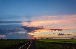 Zonsondergang bij het gebied dichtbij de spoorweg royalty-vrije stock fotografie