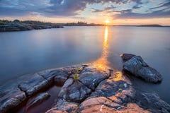 Zonsondergang bij het Meer van Ladoga in Karelië, Rusland Stock Afbeeldingen