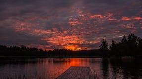 Zonsondergang bij het Meer van Ladoga in Karelië, Rusland Royalty-vrije Stock Foto's