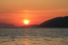 Zonsondergang bij het overzees in de stad van Gagra Royalty-vrije Stock Fotografie