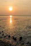 Zonsondergang bij het overzees met oranje, gele, rode en roze hemel Royalty-vrije Stock Fotografie
