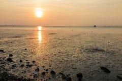 Zonsondergang bij het overzees met oranje, gele, rode en roze hemel Stock Afbeelding