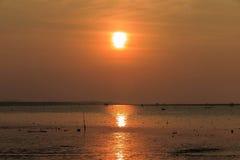 Zonsondergang bij het overzees met oranje, gele, rode en roze hemel Royalty-vrije Stock Foto's