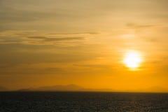 Zonsondergang bij het overzees in oranje hemel Stock Fotografie