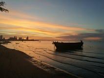 Zonsondergang bij het overzees in Thailand Stock Foto