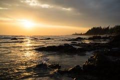 Zonsondergang bij het rotsachtige strand Royalty-vrije Stock Foto's