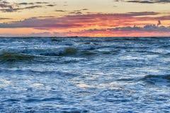 Zonsondergang bij het Stormachtige Overzees Stock Afbeelding