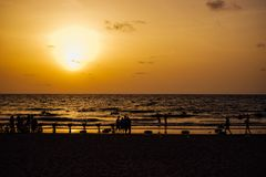 Zonsondergang bij het strand in Chaung Tha Myanmar Birma royalty-vrije stock fotografie