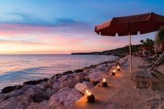 Zonsondergang bij het strand die - torchs vlammen Royalty-vrije Stock Afbeeldingen