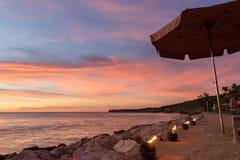 Zonsondergang bij het strand die - torchs vlammen Stock Afbeelding